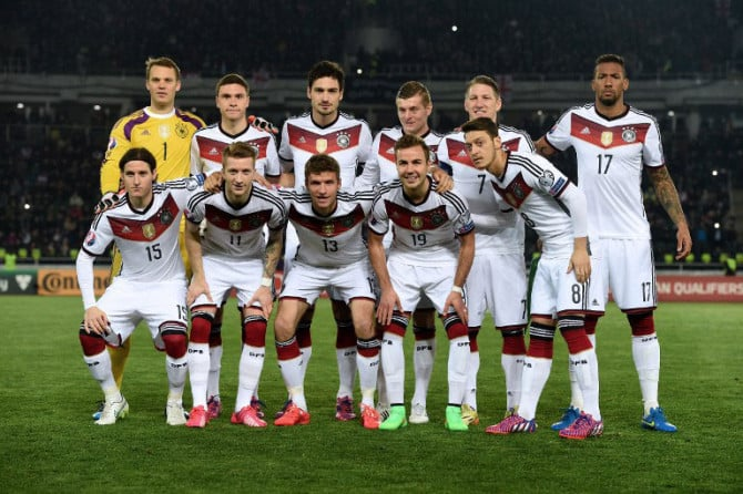 Die deutsche Fußballnationalmannschaft im aktuellen Vier-Sterne Trikot während der EM 2016 Qualifikation (Fot AFP)