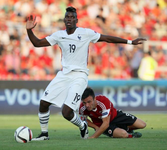 Albaniens Stürmer Ledian Memushaj (R) gegen Frankreichs Paul Pogba beim Freundschaftsspiel am 13.Juni 2015. AFP PHOTO / GENT SHKULLAKU