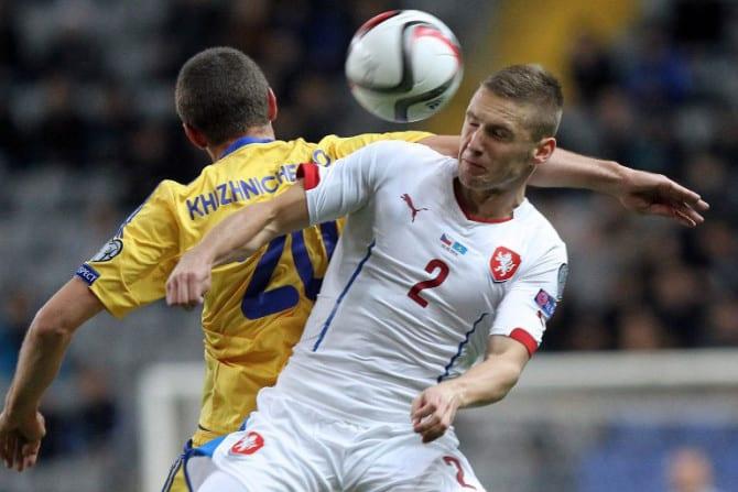 Der Tscheche Pavel Kaderabek (R) kämpft mit dem Kasachen Sergei Khizhnichenko während dem Spiel Kasachstan gegen Tschechien in Astana am 13.Oktober 2014. AFP PHOTO/STANISLAV FILIPPOV