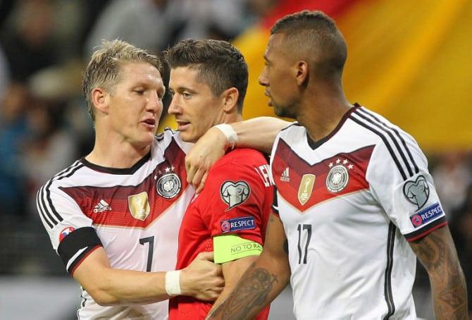 Deutschland spielt in der EM 2016-Qualifikation in den Vier-Sterne Trikots der WM 2014: Bastian Schweinsteiger (L) mit Polens Robert Lewandowski und Jerome Boateng nach dem Euro 2016 Qualifikationsspiel am 4.September 2015. AFP PHOTO / DANIEL ROLAND