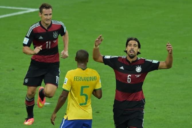 Sami Khedira im schwarz-roten DFB-Auswärtstrikot beim 7:1 Sieg gegen Brasilien am 8. Juli 2014. AFP PHOTO / GABRIEL BOUYS