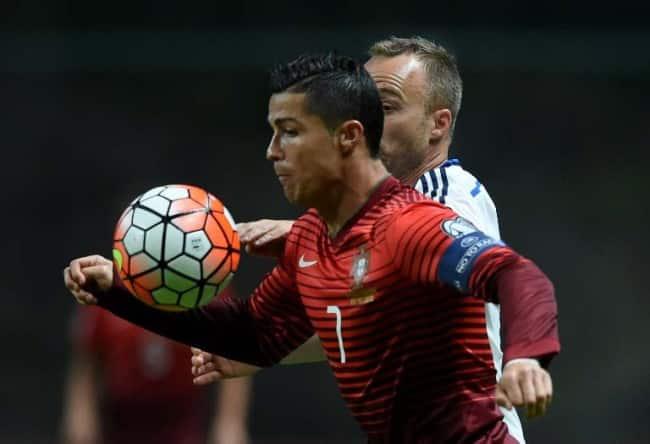Portugal's Cristiano Ronaldo (L) im roten Heimtrikot der EM 2016 Qualifikation gegen Dänemark. AFP PHOTO / FRANCISCO LEONG