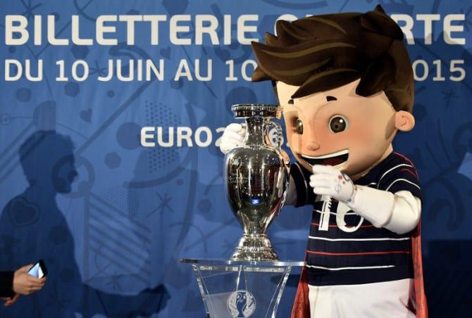 Super Victor, das Maskottchen der Fußball EM 2016 hält den Coupe Henri Delaunay, den Pokal der UEFA European Football Championship. AFP PHOTO / FRANCK FIFE