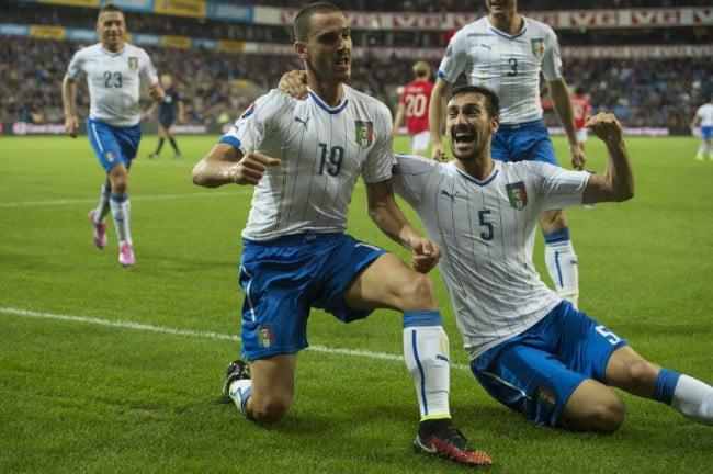 Italiens Leonardo Bonucci (L) feiert das Tor zum 2:0 mit Davide Astori im Gruppe H Spiel gegen Norwegen. AFP PHOTO / FREDRIK VARFJELL