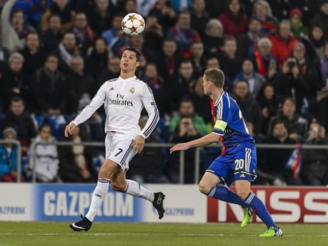 Real Madrid's Portuguese forward Cristiano Ronaldo (L) and Basel's Swiss midfielder Fabian Frei vies for the ball during their UEFA Champions League Group B football match between FC Basel and Real Madrid on November 26, 2014 in Basel. AFP PHOTO / FABRICE COFFRINI