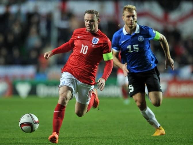 Wayne Rooney (L) im roten England Trikot am 12. Oktober 2014 gegen Estland. AFP PHOTO / GLYN KIRK
