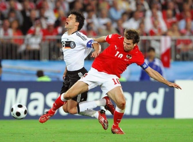 Michael Ballack (L) wird vom Österreicher Andreas Ivanschitz beim Euro 2008 Championships Gruppe B Spiel am 16.Juni 2008 im Ernst Happel stadium in Wien gefoult. AFP PHOTO / JOE KLAMAR