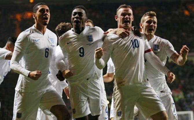 Englands Wayne Rooney (Nummer 10) feiern mit Chris Smalling (6), Danny Welbeck (9)und Jack Wilshere (rechts)beim Freundschaftsspiel gegen Schottland im Celtic Park in Glasgowam 18.November 2014. AFP PHOTO / IAN MACNICOL