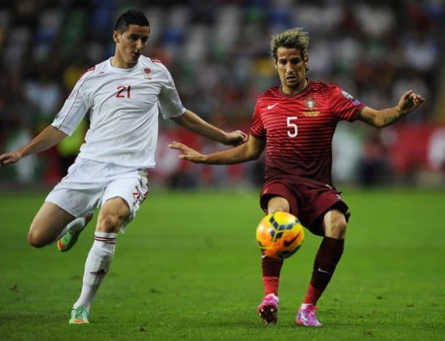 Albaniens Odise Roshi (L) gegen Portugal's Fabio Coentrao am 7. September 2014. AFP PHOTO/ MIGUEL RIOPA