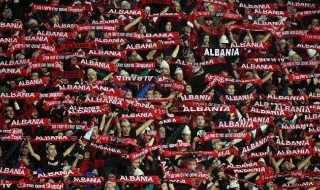 albanische-fussballfans . AFP PHOTO / GENT SHKULLAKU