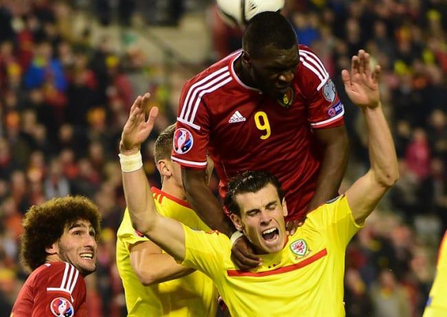 Belgiens Christian Benteke (Nr.9) gegen Wales' Gareth Bale beim Gruppe B Euro 2016 qualifying match am 16. November 2014. AFP PHOTO/Emmanuel Dunand