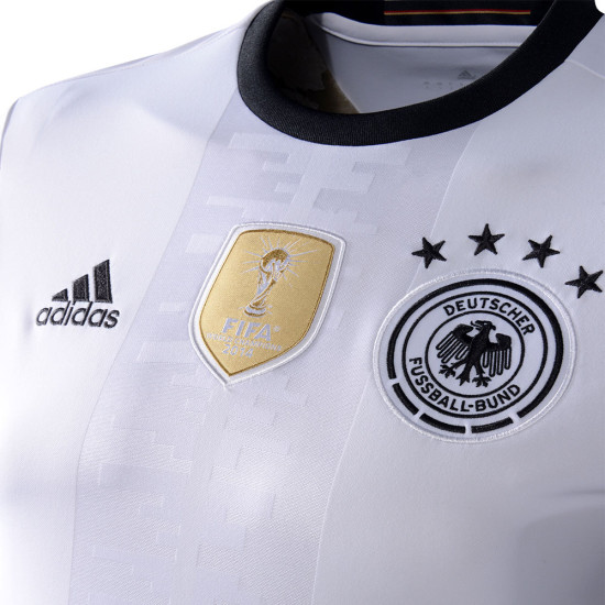 Das neue DFB Trikot im Detail (Foto AFP)