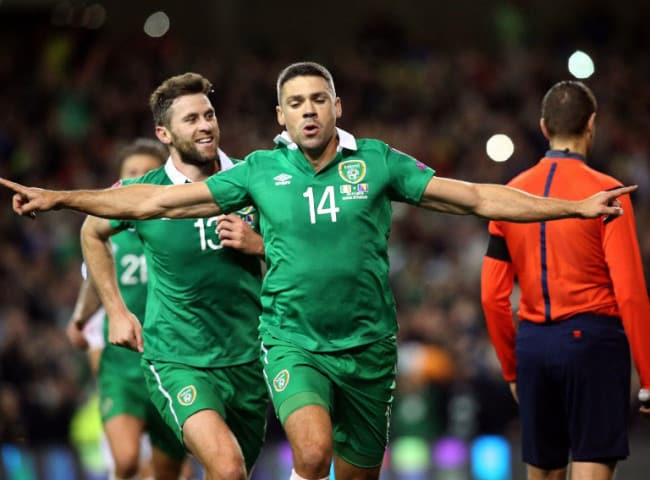 Ireland's Stürmer Jonathan Walters (C) wurde mit seinen zwei Toren zum Matchwinner beim entscheidenen Playoff-Spiel gegen Bosnien am 16.November 2015. AFP PHOTO / PAUL FAITH