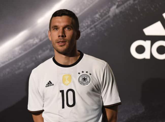 Lukas Podolski im 2016er Trikot (Foto AFP)