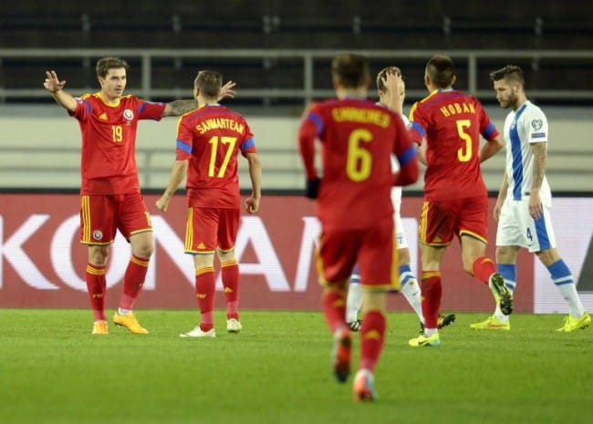 Rumäniens Bogdan Stancu (L) und Lucian Sanmartean (17) gegen Finnland am 14.Oktober 2014. AFP PHOTO / LEHTIKUVA / ANTTI AIMO-KOIVISTO