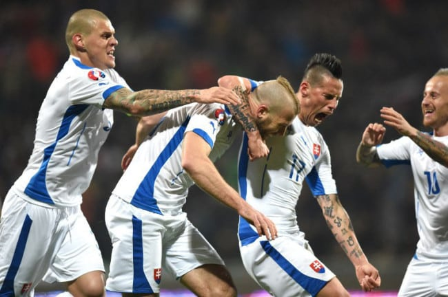 Slowakei's Martin Skrtel, Adam Nemec, Marek Hamsik and Miroslav Stoch (links nach rechts) feiern das 1:0 gegen Luxemburg am 27.März 2015 (AFP PHOTO / JOE KLAMAR)