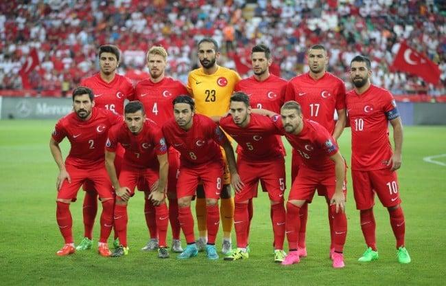 Die türkische Nationalmannschaft im roten Heimtrot 2015. AFP PHOTO / STRINGER