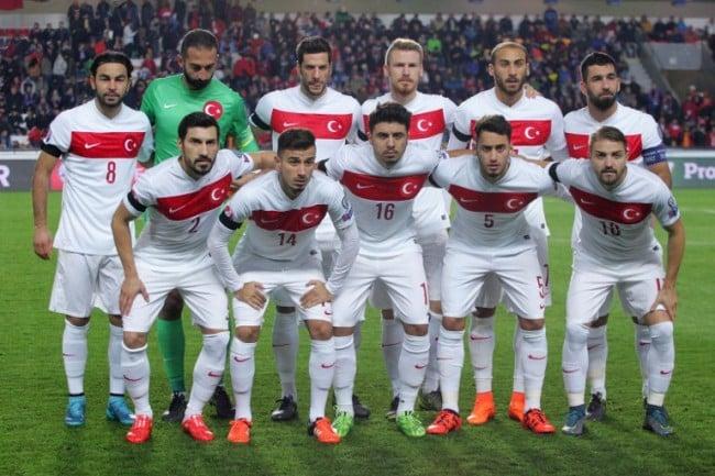 Die türkische Nationalmannschaft im weißen Auswärtstrikot 2015. AFP PHOTO / MILAN KAMMERMAYER