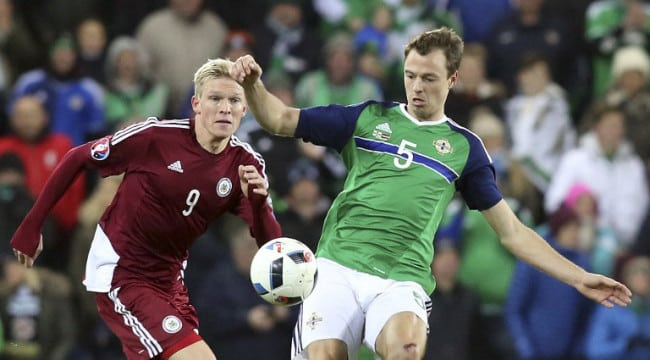 Jonny Evans (R) im neuen Heimtrikot von Nordirland am 13.November 13, 2015. AFP PHOTO / PAUL FAITH / AFP / PAUL FAITH