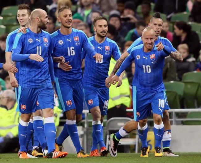 Slowakischer Mittelfeldspieler Miroslav Stoch feiert sein erstes Tor beim Länderspiel Irland gegen Slowakei in Dublin am 29.03. 2016. / AFP / PAUL FAITH