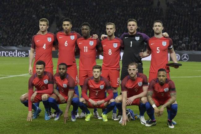 Die englische Nationalmannschaft im neuen Auswärtstrikot 2016 gegen Deutschland am 26.März 2016. / AFP / TOBIAS SCHWARZ