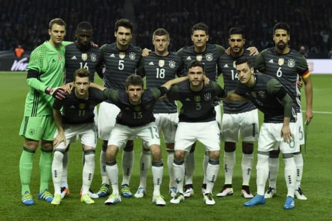 Die deutsche Startaufstellung im Freundschaftsspiel gegen England im neuen DFB-Auswärtstrikot 2016. Copyright AFP