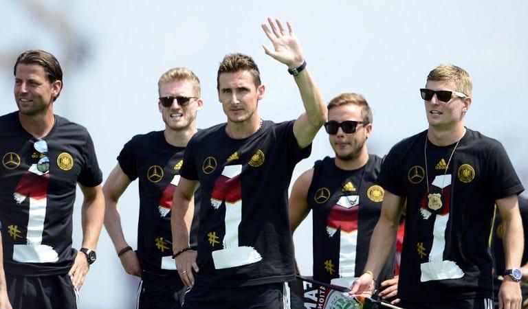 Am Brandenburg Tor feierte die deutsche Fußballnationalmannschaft ihren WM 2014 Sieg mit den deutschen Fußballfans. Dazu gab es natürlich die Winner-Shirts in schwarz von adidas. AFP PHOTO / ROBERT MICHAEL
