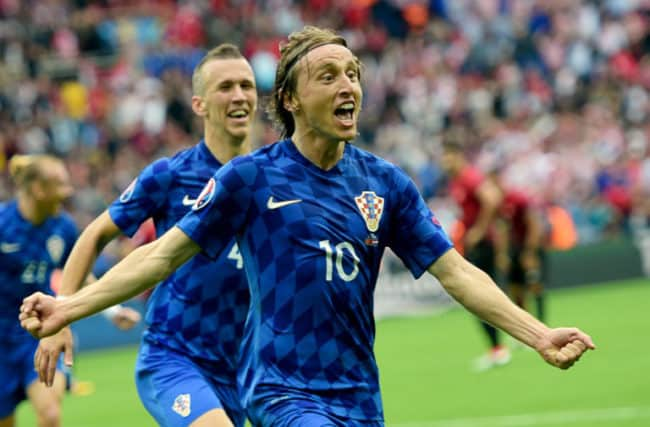 Luka Modric feiert sein 1:0 gegen die Türkei am 12.06.2016./ AFP PHOTO / BULENT KILIC