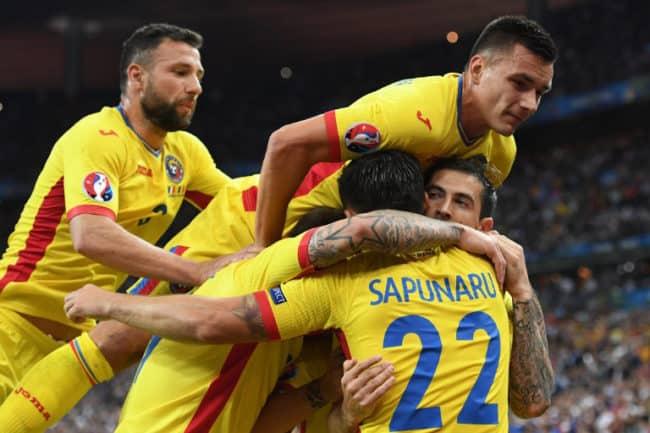 Rumänien Spieler feiern das 1:1 Tor gegen den EM-Gastgeber Frankreich beim Eröffnungsspiel im Saint-Denis, am 10.06.2016. / AFP PHOTO / FRANCISCO LEONG