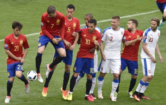 Spaniens David Silva (L) Alvaro Morata (2-L) springen beim Freistoß beim Vorrundenspiel gegen Tschechien im Stadium Municipal in Toulouse am 13.Juni 2016. / AFP PHOTO / Pascal PAVANI