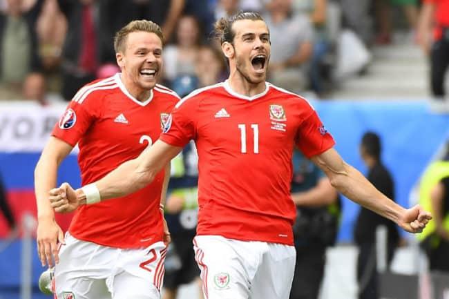 Wales' Stürmer Gareth Bale (R) feiert das 1:0 im Vorrundenspiel gegen die Slowakei am 11.06.2016 ! / AFP PHOTO / Joe KLAMAR