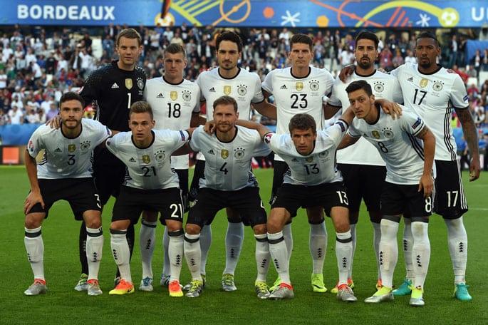 Die deutsche Startaufstellung gegen Italien im EM-Viertelfinale 2016 / AFP PHOTO / PATRIK STOLLARZ