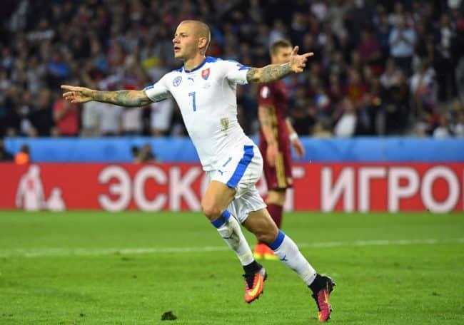 Vladimir Weiss trifft zum 1:0 für die Slowakei gegen Russland. / AFP PHOTO / Joe KLAMAR