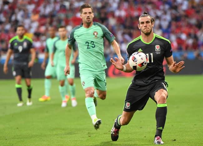 Wales' Stürmer Gareth Bale (R) beim EM-Halbfinale gegen Portugal im Parc Olympique Lyonnais stadium in DÈcines-Charpieu, near Lyon, am 6.Juli 2016 im Auswärtstrikot von Wales! / AFP PHOTO / FRANCISCO LEONG